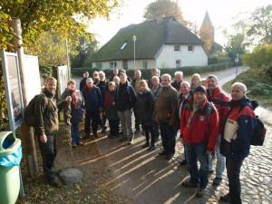 Rene´ Geyer (ganz links) zu Beginn der Führung in Groß Zicker - Foto: Heike Lange (BRA SOR)
