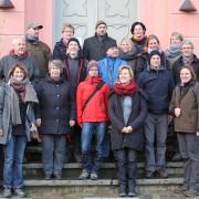 (© René Geier, BRV Südost-Rügen): KoordinatorInnen der Partnerinitiativen vor dem Granitzhaus (Ausstellungszentrum des Biosphärenreservates Südost-Rügen)
