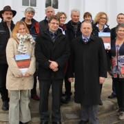 Minister Dr. Till Backhaus und Amtsleiter Gernot Haffner (Bildvordergrund, 2. und 3. von rechts) mit den neuen Partnerunternehmen des Biosphärenreservates Südost-Rügen (Quelle: AfBR Südost-Rügen)