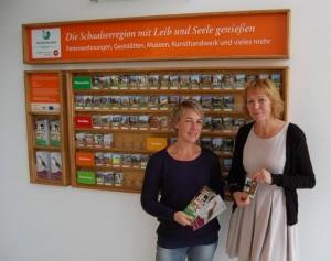 Freuen sich über den neuen touristischen Anlaufpunkt in Dechow (vlnr): Susanne Hoffmeister (Biosphärenreservat Schaalsee) und Petra Abs (Gläserne Molkerei Dechow) Foto: Gerd Schriefer