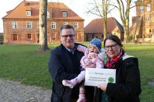 """Der landwirtschaftliche """"Familienbetrieb Hille und Hanno Offen"""" aus Nostorf mit der frisch verliehenen Plakette der Partner-Initiative"""