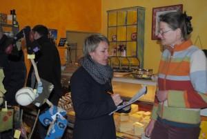 Auch der Regionalwarenladen in Zarrentin am Schaalsee wurde überprüft. Im Bild die Jury und die Besitzerin, Frau Viola Wicht (rechts).
