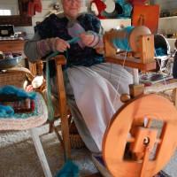 """Katharina Zahren: """"Wenn Sie Schafe haben, können Sie sich bei mir von Ihrem Lieblingsschaf Wolle für ein Paar """"Sofasocken"""" spinnen oder einen Pullover stricken lassen"""". - Foto: S. Hoffmeister"""