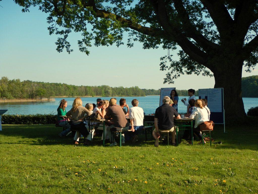Mehr als 120 Teilnehmer folgten der Einladung auf die schöne Insel Stintenburg im Schaalsee. - Foto: E.Dornblut