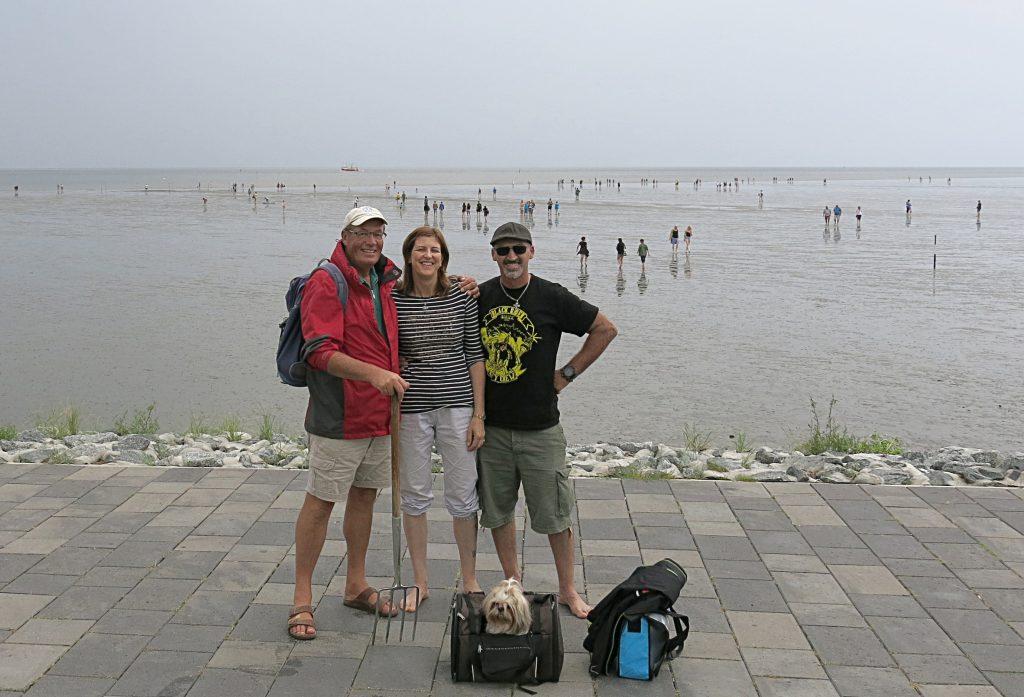 Gewinner Karin und Jassy Schlager mit Hündin Maja und Nationalpark-Wattführer Johann Franzen (links) - Foto: LKN-SH/Spanowsky