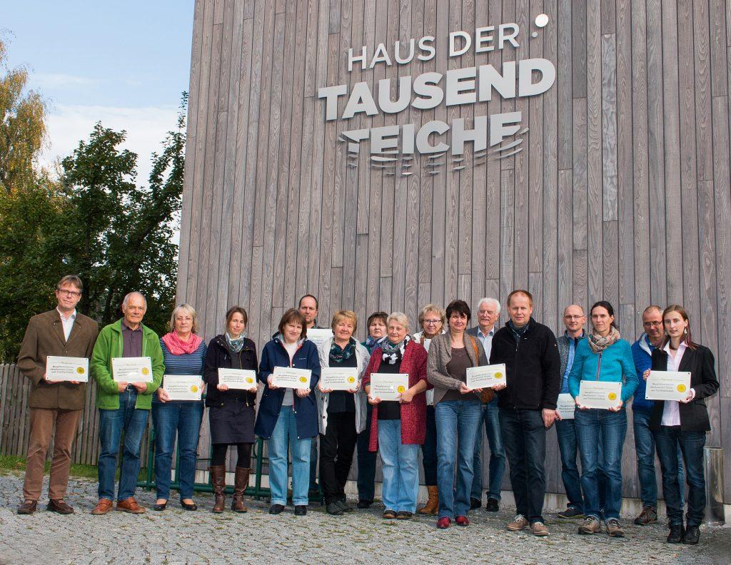 """Die neue BR-Plakette wurde soeben überreicht. V.l. Torsten Roch (Leiter BRV), Hans-Georg Graf (Ferienwohnungen Graf Spreewiese), Kordula Gorn (Ferienhaus Gorn), Angelika Schröter (Naturschutzstation Neschwitz), Frau Medack (Ferienhaus Tauer), Steffen Schlossnickel (Naturcampingplatz Olbasee), Edith Böhm (Ferienhof """"Erlengrund Tauer, Mitglied Vergaberat), Diana Reichel (Pension """"Adriaurlaub"""" Crosta), Andrea Schubert (Ferienwohnung """"Lusatia"""" Kleinsaubernitz), Elvira Jokusch (Pension Jokusch Wartha), Viola Brade (Jugendherberge Neschwitz), Dr. Johannes von Korff (Agentur für Regionalentwicklung Dresden, Mitglied Vergaberat), Toralf Brade (Jugendherberge Neschwitz), André S. Köhler (Leader-Regionalmanagement, Gebiet Oberlausitzer Heide- und teichlandschaft), Anja Weidenhaun (Waldschulheim Halbendorf), Jörg Weber (Nationalpark Sächsische Schweiz, Gast), Franziska Dießner (Marketinggesellschaft Oberlausitz-Niederschlesien, Mitglied Vergaberat)"""