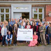 Gruppenfoto mit den Netzwerkpartnern und weiteren Teilnehmern vor dem Archezentrum Amt Neuhaus - Foto: Biosphärenreservatsamt Schaalsee-Elbe / Florian Nessler