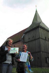 Pastorin Ariane Baier (l) sowie Sabine Dallmeier-Peschke vom Förderverein der Kirche in Groß Salitz. - Foto: Biosphärenreservatsamt Schaalsee-Elbe
