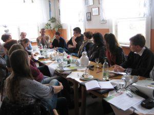An der langen Tafel wurde über die Herausforderungen der Lebensmittelerzeuger und Gastronomen im Biosphärenreservat diskutiert. - Foto: Isabelle Pleißner