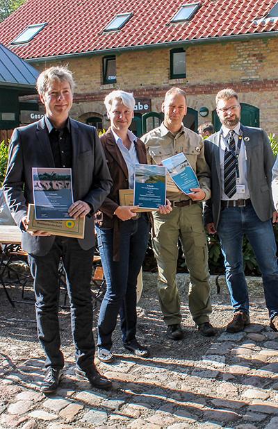 v.l.n.r.: das NABU-Kranichzentrum, die Kur- und Tourist GmbH Darß, Naturreisen MV & Amtsleiter Gernot Haffner - Foto: K. Bärwald