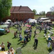 Frühlingshafter Festungshof mit buntem Regionalmarkt - Foto: D. Foitlänger, Biosphärenreservatsamt Schaalsee-Elbe