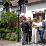 Melinda, Dieter und Marion Müller mit der Direktorin des Biosphärenreservats Pfälzerwald, Dr. Friedericke Weber (v.l.n.r.), die das Partnerschild überreicht hat (Foto: Biosphärenreservat/frei)