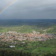 Ganz besonders schön der Blick von der Burg auf den Albtrauf und ins Tal (sogar mit Regenbogen!!) - Foto: Geschäftsstelle Biosphärengebiet Schwäbische Alb