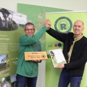 Jürgen Lange (links) Präsident des GutsMuths-Rennsteiglaufverein e.V. und Jörg Voßhage, Leiter des UNESCO-Biosphärenreservats Thüringer Wald freuen sich über die neue Partnerschaft.