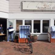"""Mitarbeiter des Restaurants """"Alte Schule"""" im Biohotel Miramar bei der Mittagstischausgabe - Foto: LKN.SH"""