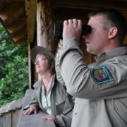 Ranger sind die Ansprechpartner, Naturpädagogen und Gebietskontrolleure im Müritz-Nationalpark. Sie sind im gesamten Schutzgebiet unterwegs. Bei geführten Rangertouren können Besucher die Natur und Arten des Nationalparks kennenlernen. - Foto: Barbara Lüthi-Herrmann