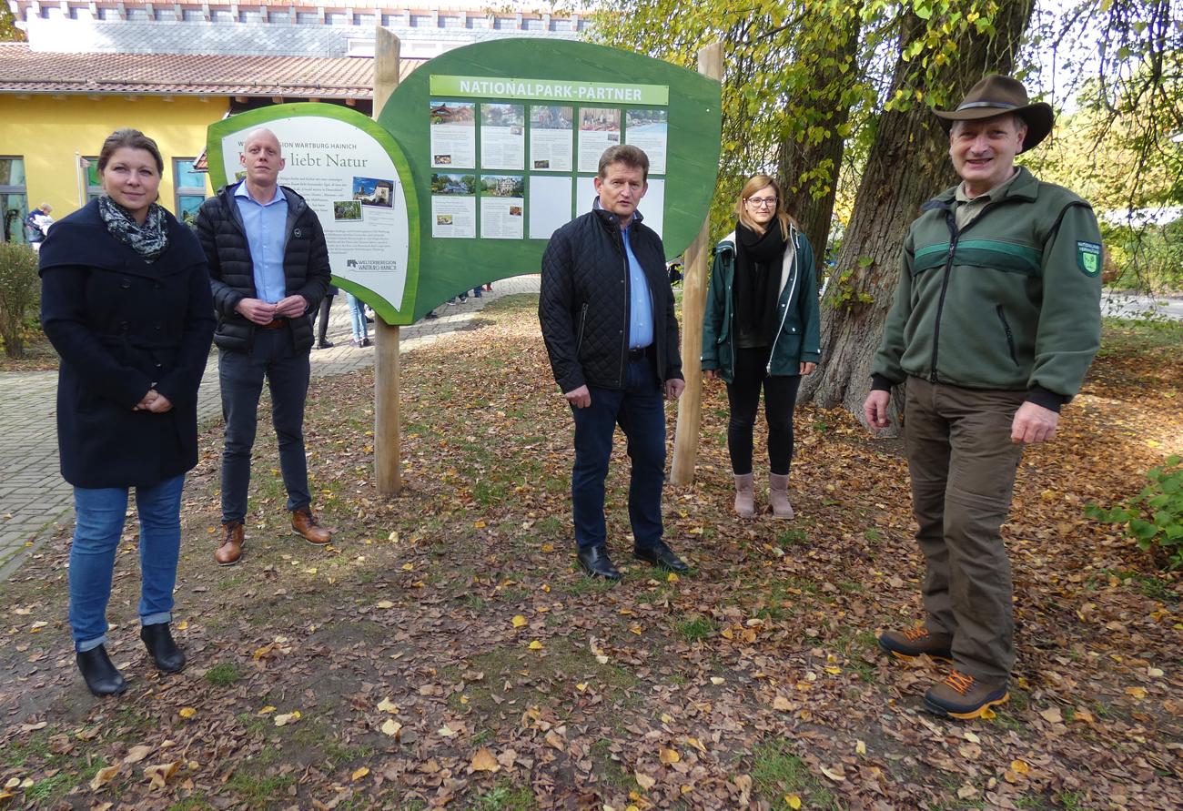 Große Informationstafel an der Thiemsburg stellt Nationalpark-Partner vor